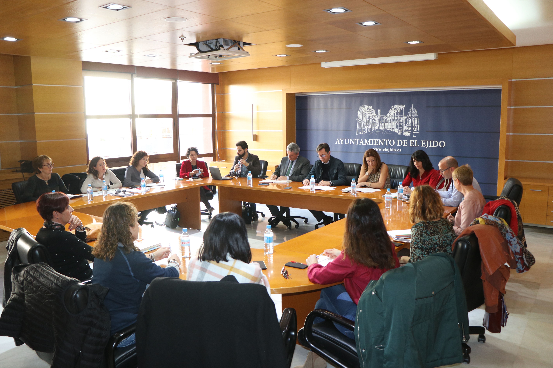 La mesa estratégica para el seguimiento de CaixaProinfancia se reúne para dar continuidad a este programa en El Ejido