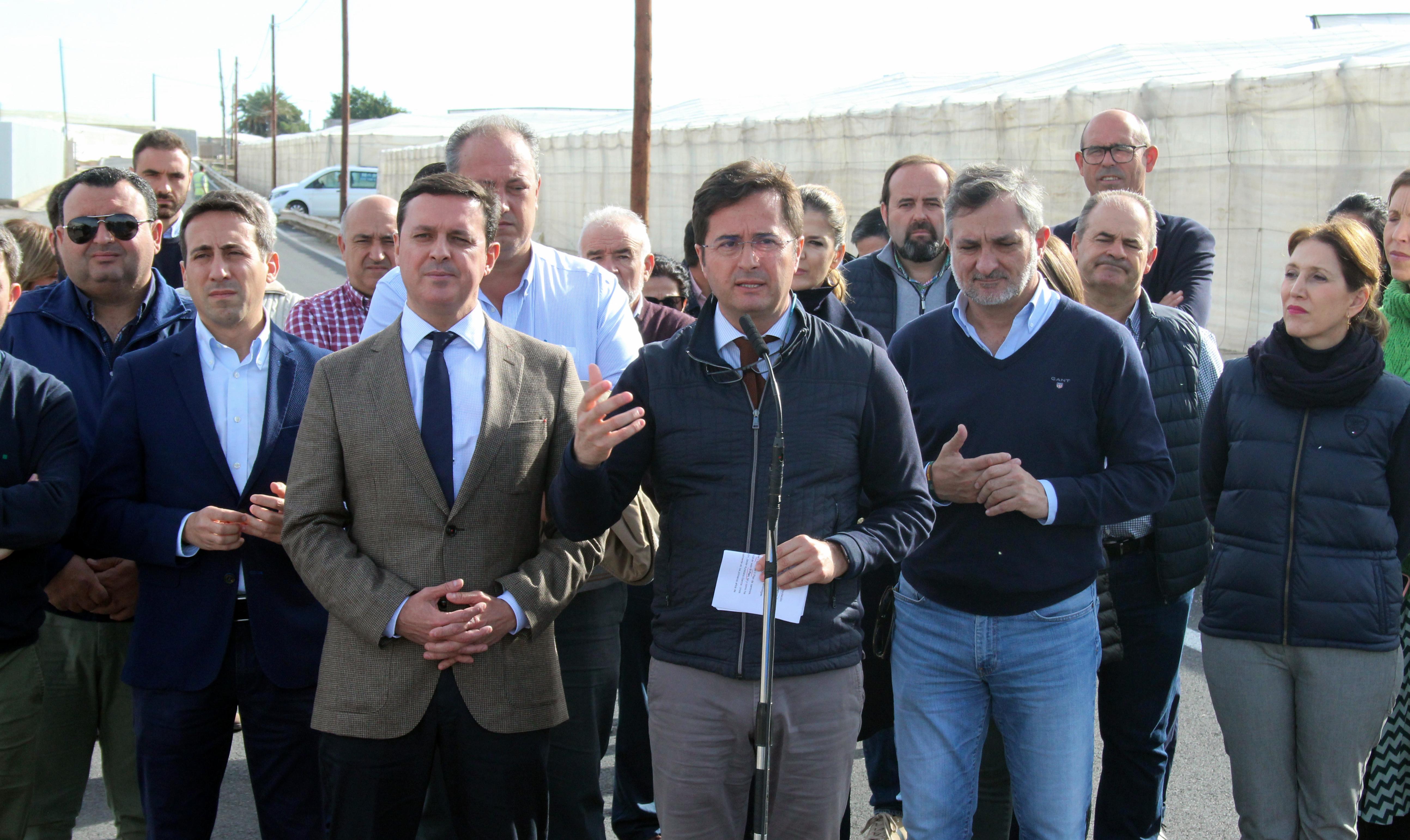 El gobierno local mejorará el asfaltado y el drenaje de la carretera Las Salinas a Berja incluida en el Plan de Caminos de Diputación