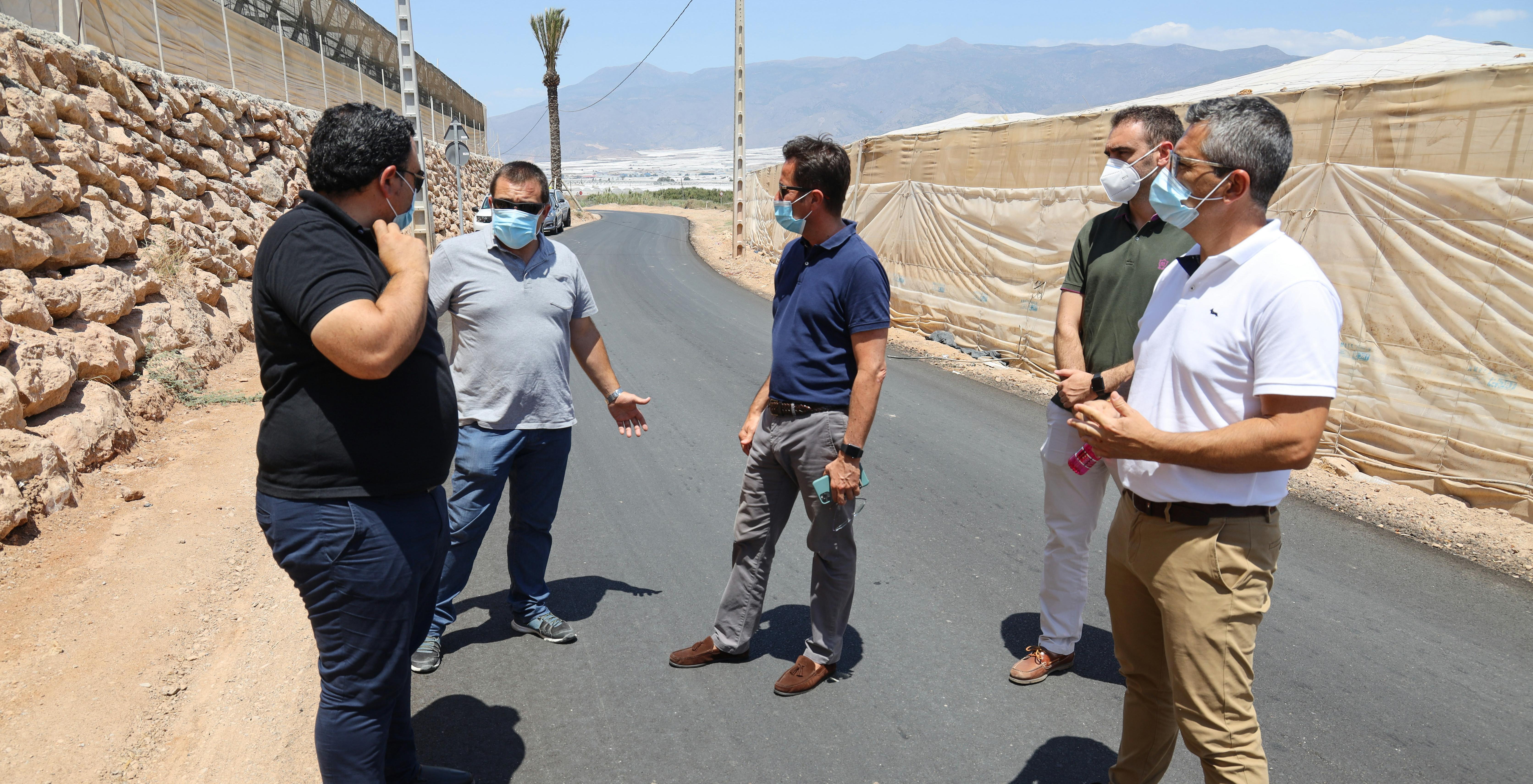 La colaboración público-privada de Consistorio y agricultores posibilita mejorar la funcionalidad y seguridad del camino rural que transcurre desde el Hoyo Montoya a Cueva del Mojón