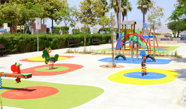 El Ayuntamiento continúa mejorando las áreas de recreo infantiles y parques de todo el municipio con la incorporación de nuevos juegos que garantizan lugares de esparcimiento de calidad