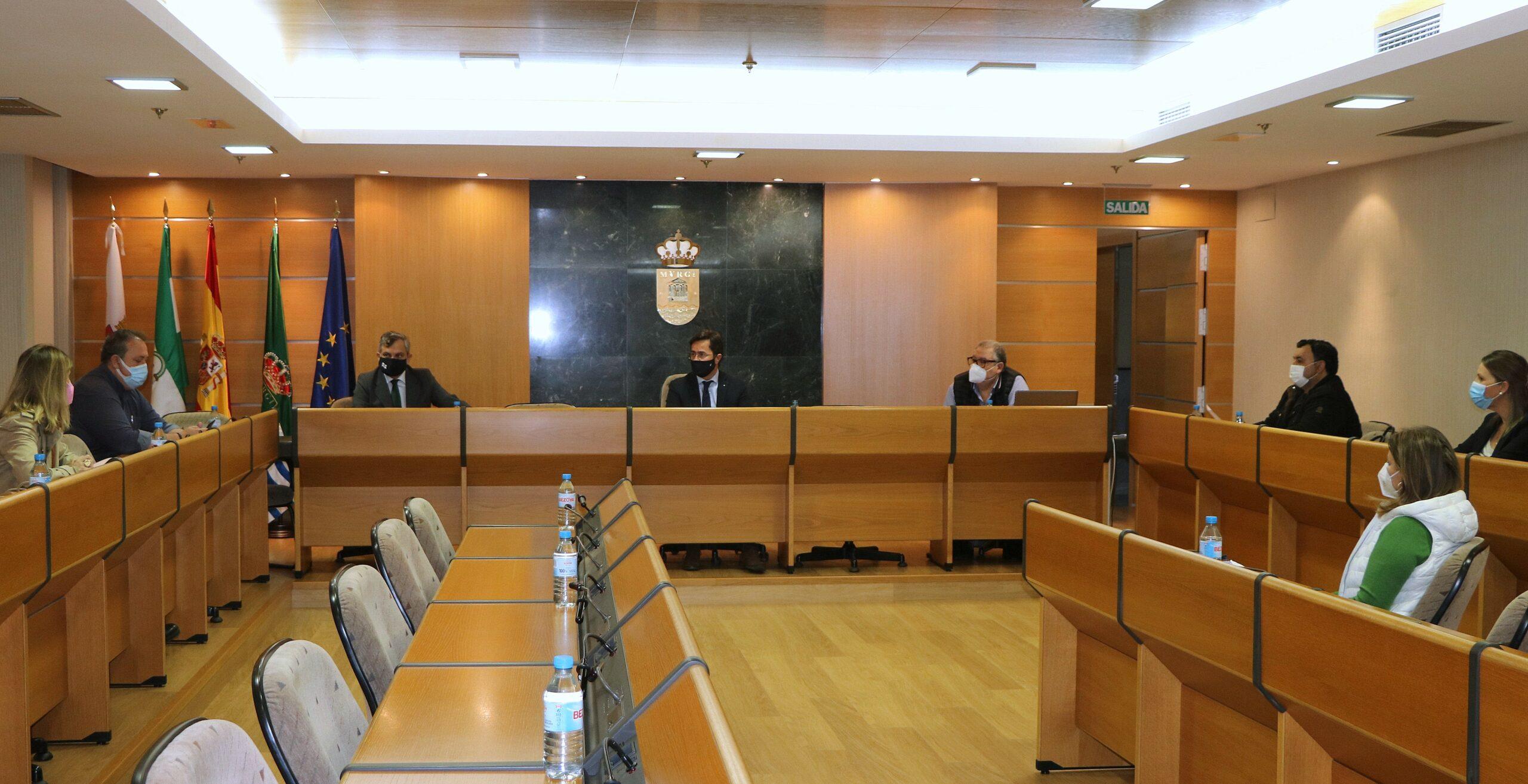 El Ayuntamiento de El Ejido invertirá casi 800.000 euros en mejorar la seguridad de un total de 30 áreas infantiles de todo el municipio con la regeneración del pavimento
