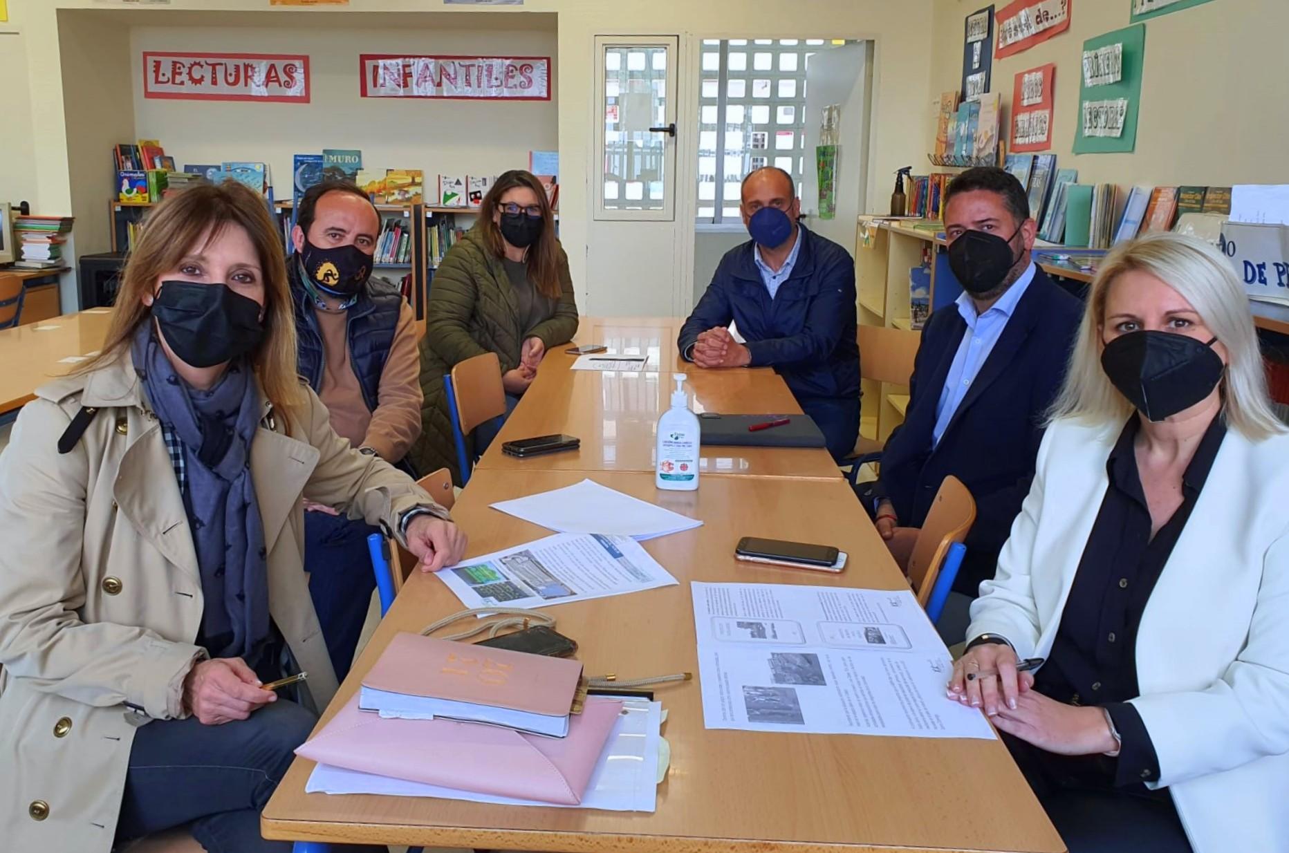 La AMPA Mar Azul de Almerimar presenta al Ayuntamiento su proyecto 'La Magia de mi Patio comienza hoy' que contempla una reconversión de las zonas comunes en espacios más verdes y coeducativos