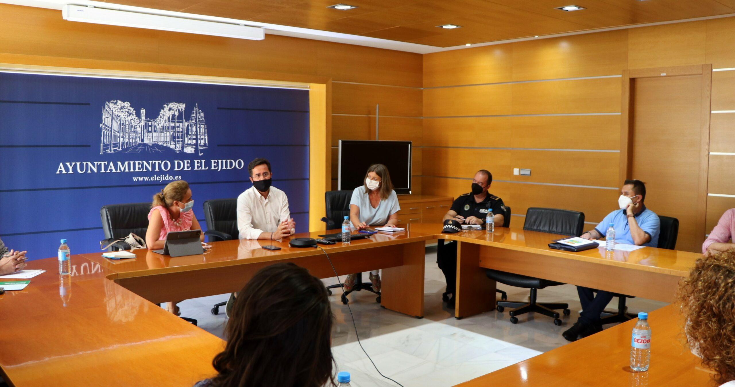 Ayuntamiento y Distrito Sanitario Poniente se reúnen para realizar un seguimiento del proceso de vacunación y de los datos Covid