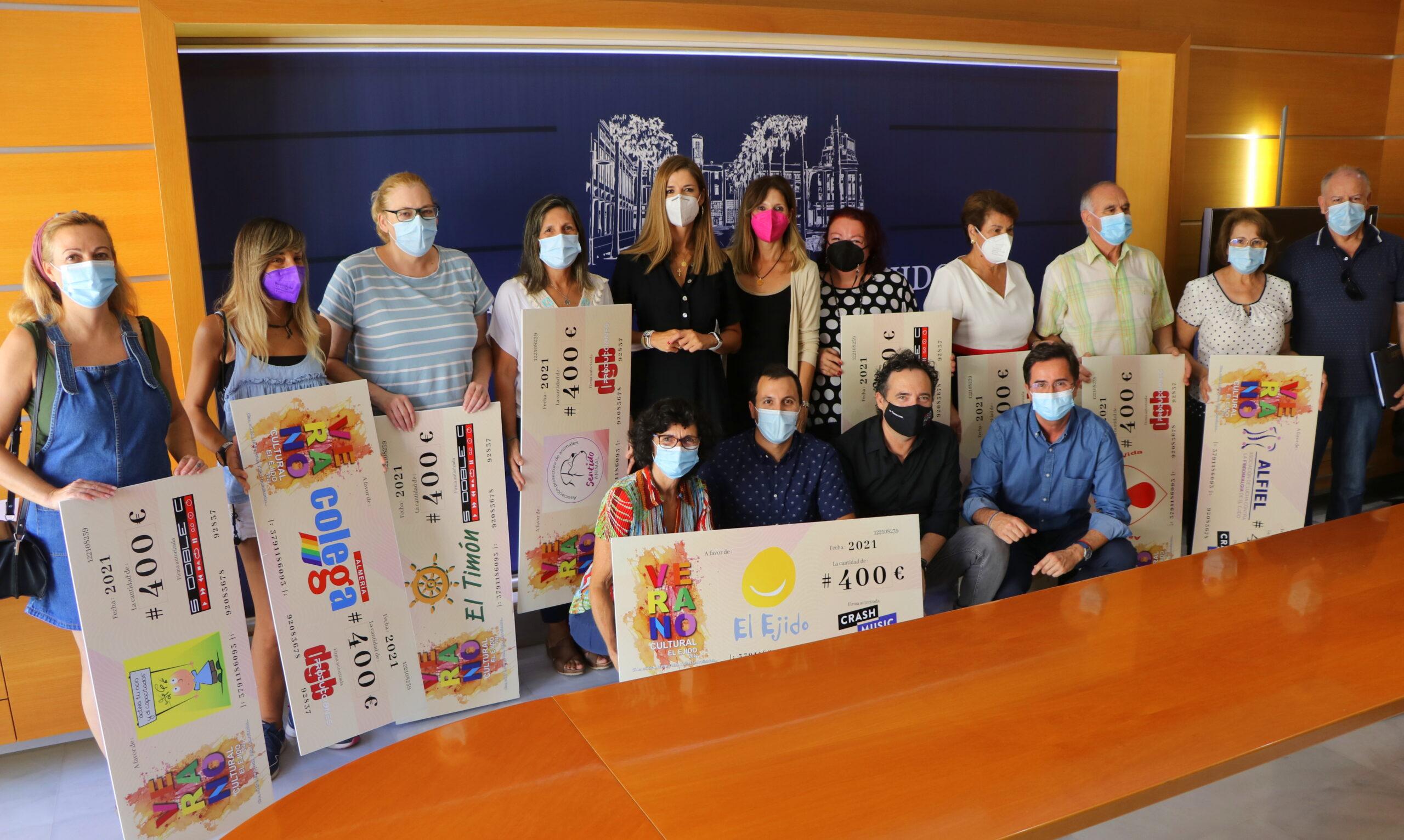 El Ayuntamiento acoge la entrega de diez 'cheques solidarios' a colectivos sociales por parte de promotores culturales