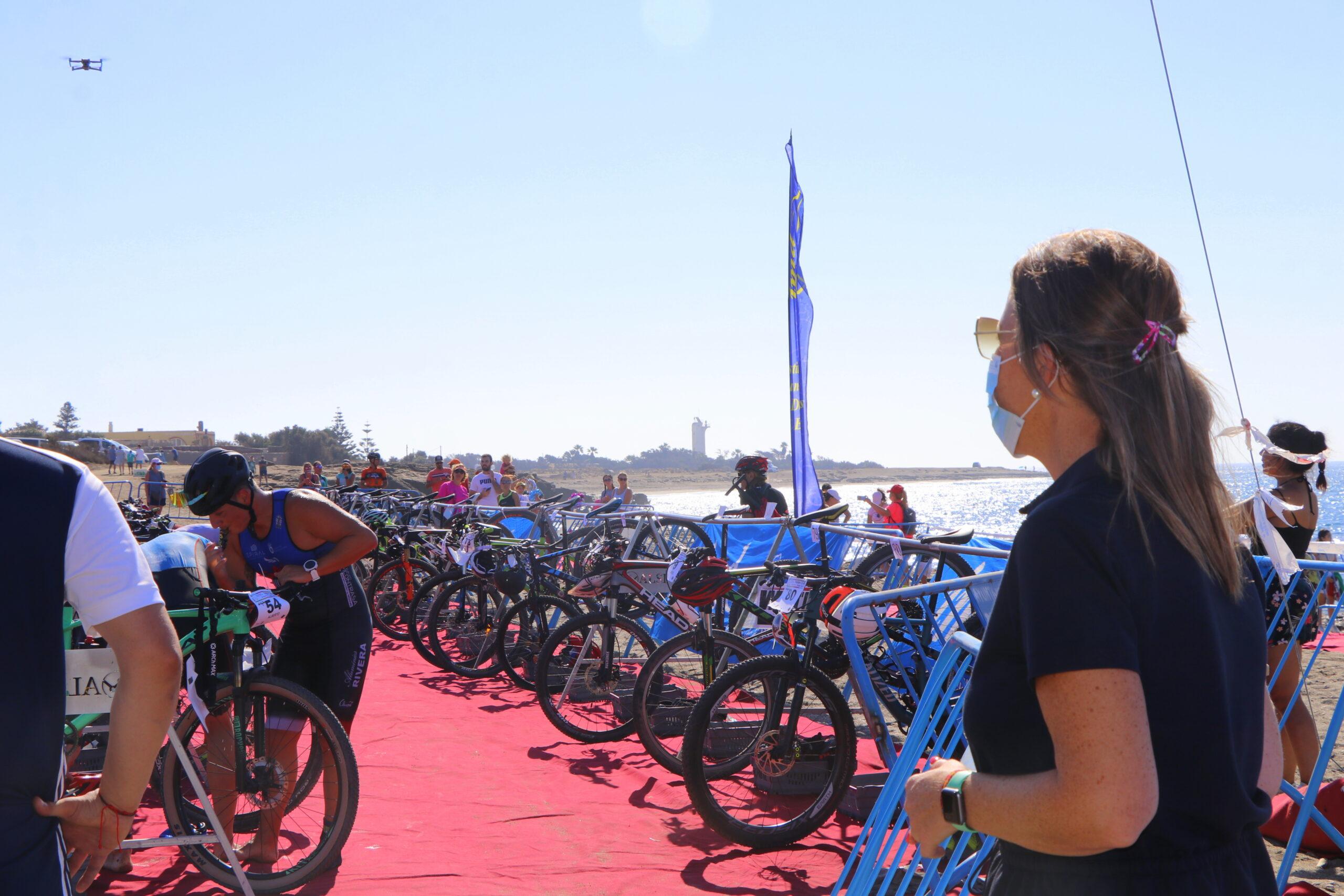 La costa de Guardias Viejas se convierte en el escenario idóneo para el Triatlón Cross Super Sprint con la participación de unos 80 deportistas